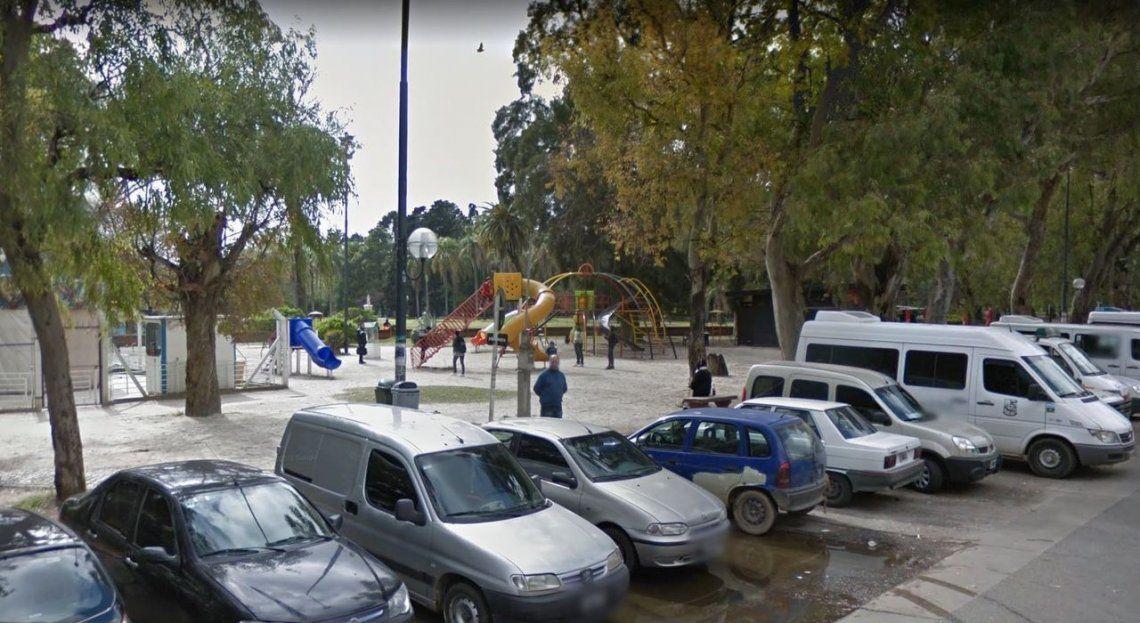 La Plata: jugaba a los empujones y murió al golpearse la cabeza contra un banco de plaza