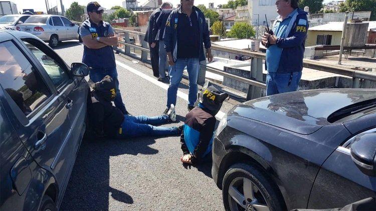 Un hombre se lanzó de un puente de la Autopista 25 de Mayo para escapar de la Policía y murió