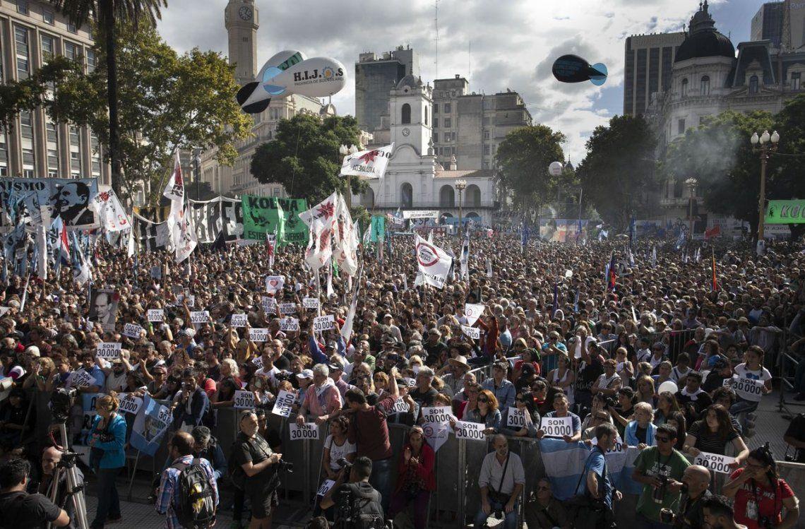 En una plaza repleta, miles de personas gritaron Nunca Más