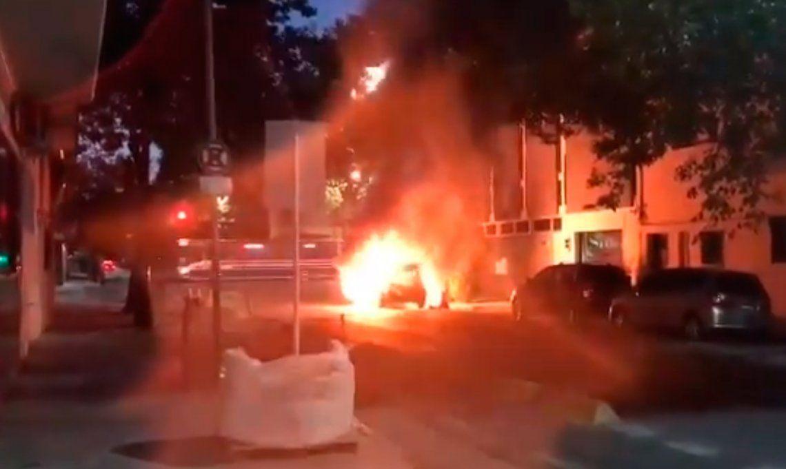 Villa Crespo: explotó un auto frente a un albergue transitorio