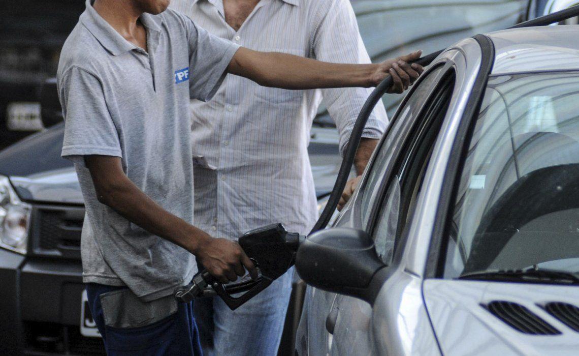 YPF se suma a Shell y aumentará el precio de sus naftas en un 4,55%