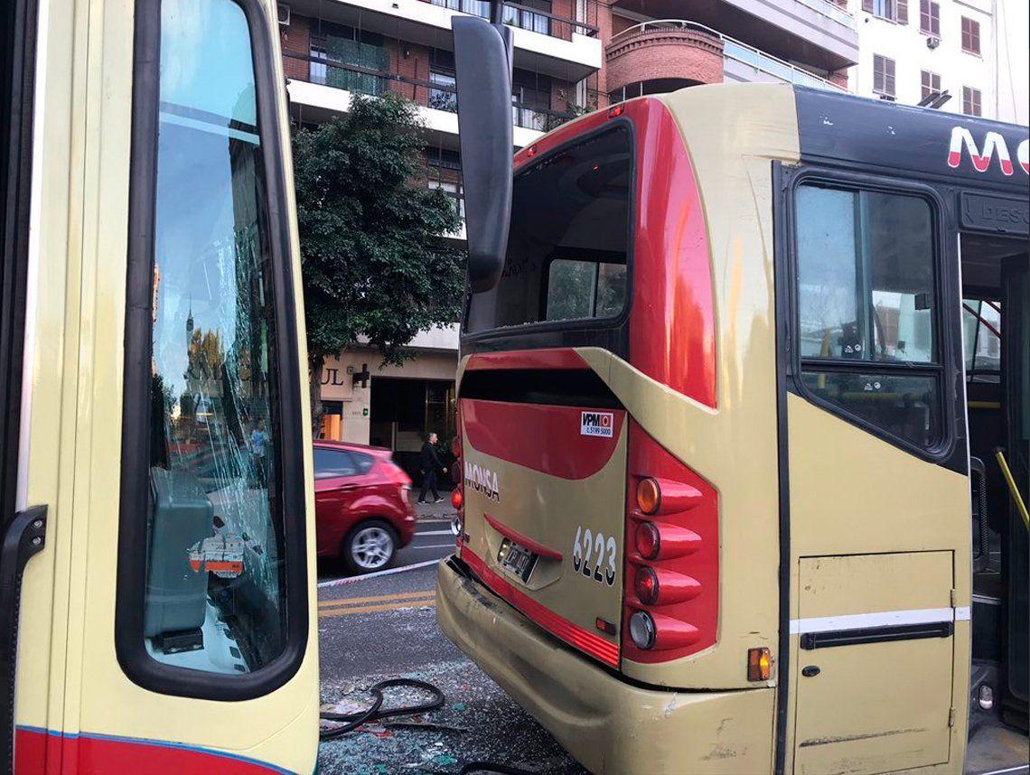Recoleta: cinco heridos en choque múltiple entre tres colectivos y un taxi