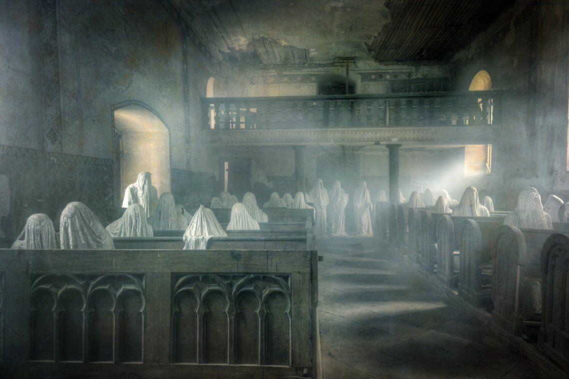 Artista checo evita la demolición de una iglesia llenándola de fantasmas