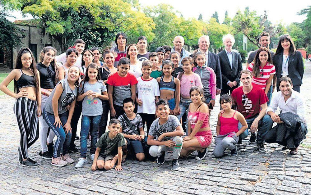 Lanús: un grupo de chicos viajó de Villa Jardín a Colonia