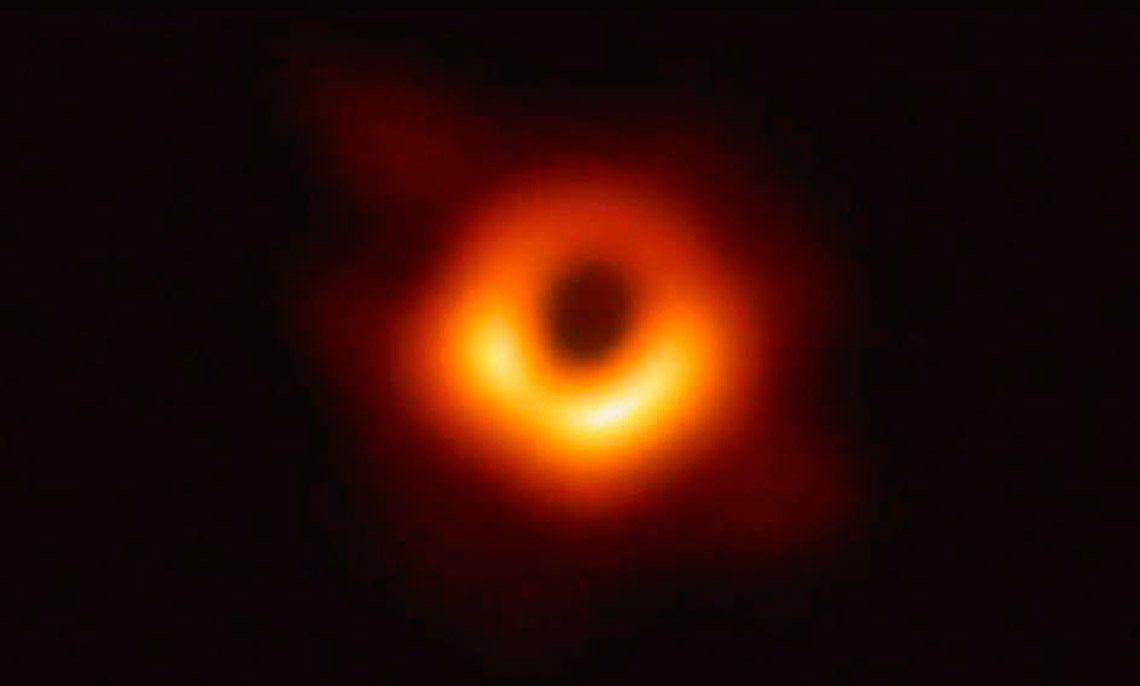 Presentan la primera fotografía de un agujero negro