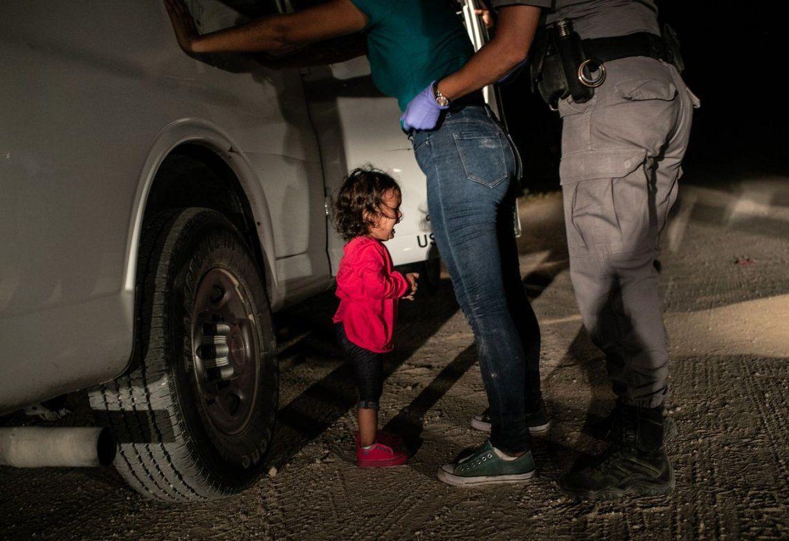 World Press Photo: la impactante foto de una niña llorando frente a la policía fue la ganadora del premio