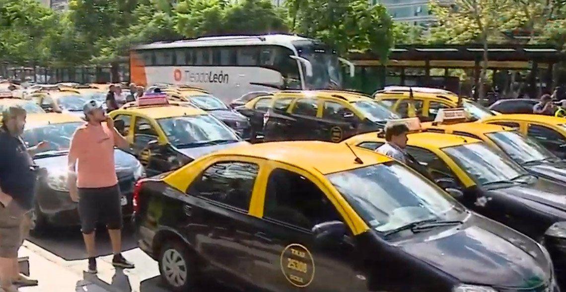 Masiva protesta de taxistas contra Uber y Cabify