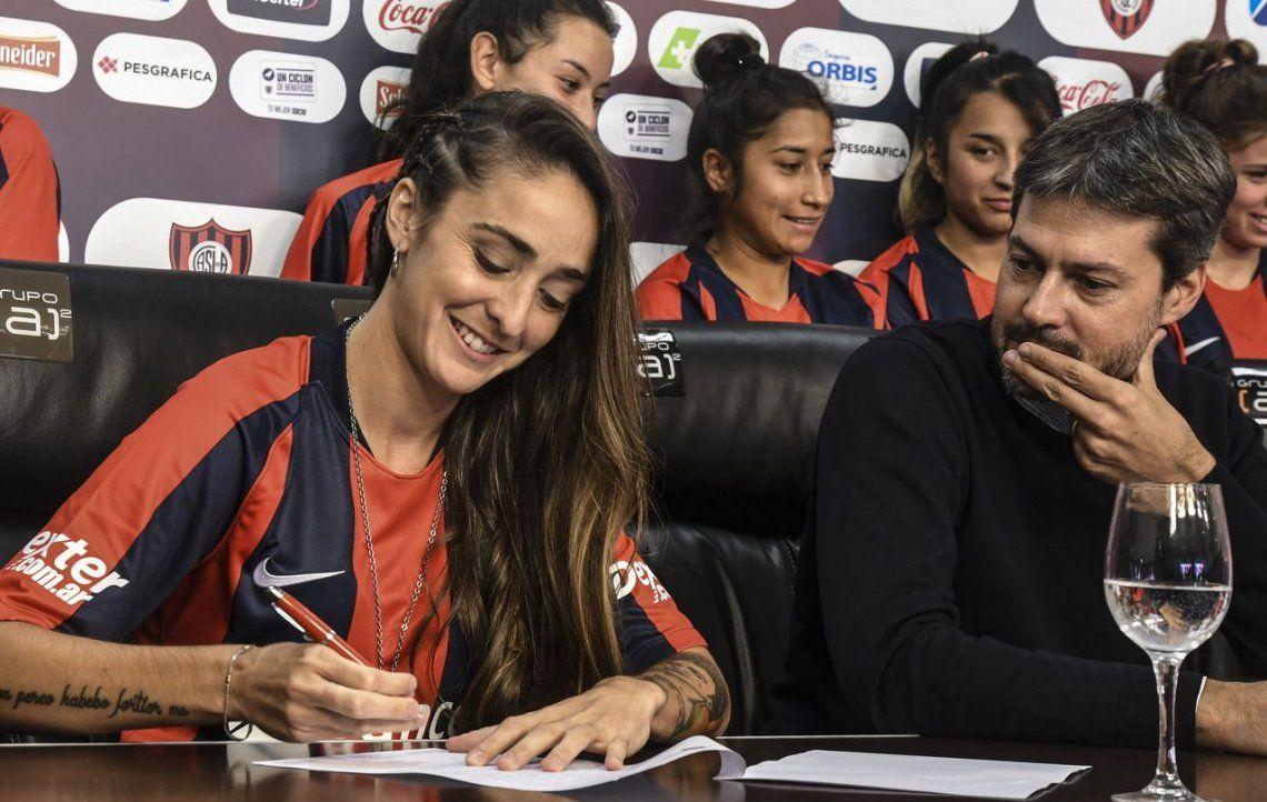 Futbol femenino: San Lorenzo firmó contrato con 15 jugadoras