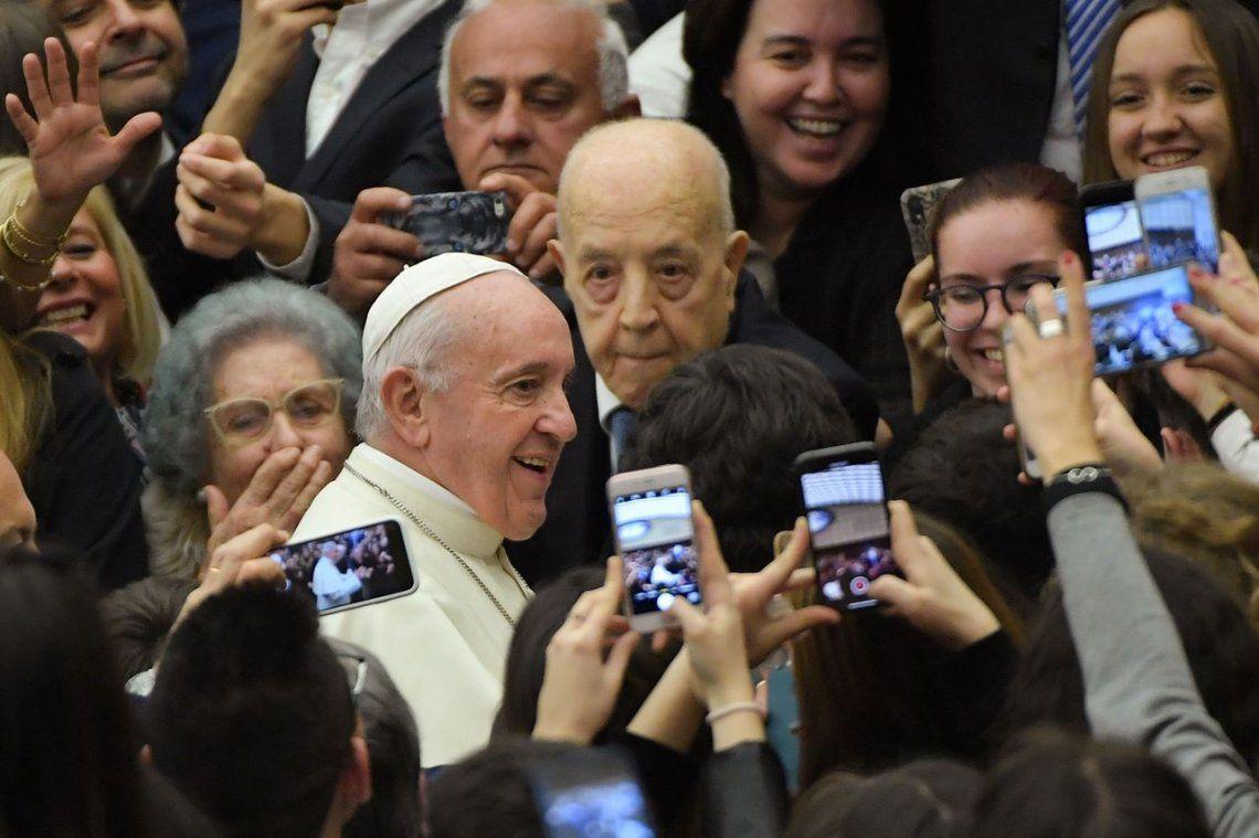 El Papa Francisco, a los jóvenes: El teléfono celular también es una droga
