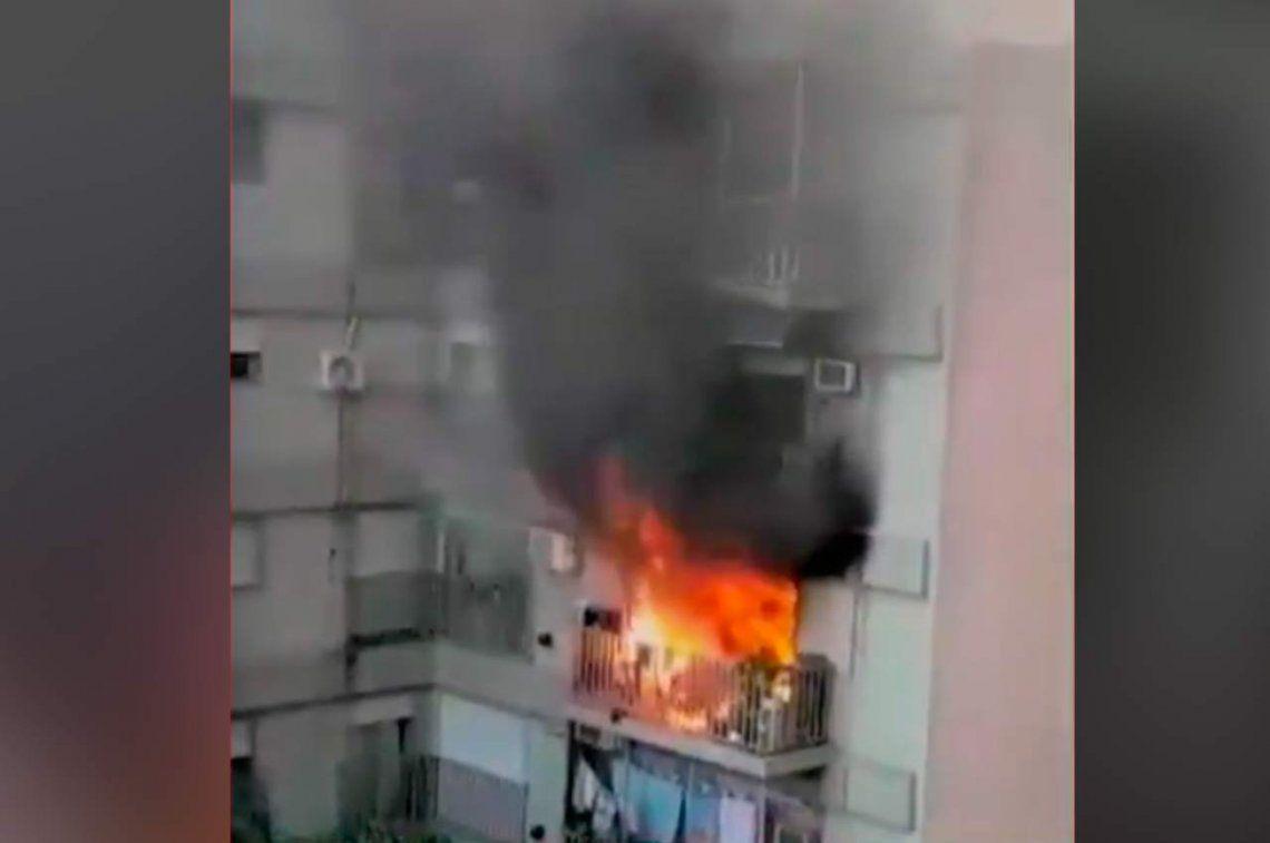 Voraz incendio en un edificio de departamentos de Caballito