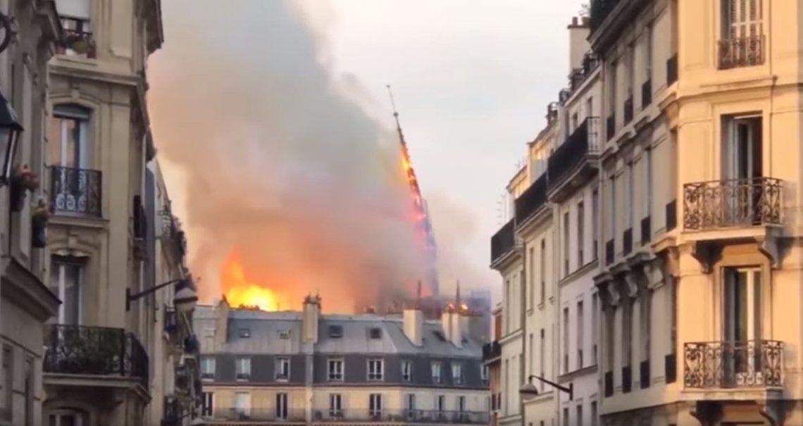 VIDEO: El momento en el que cae la aguja de Notre Dame