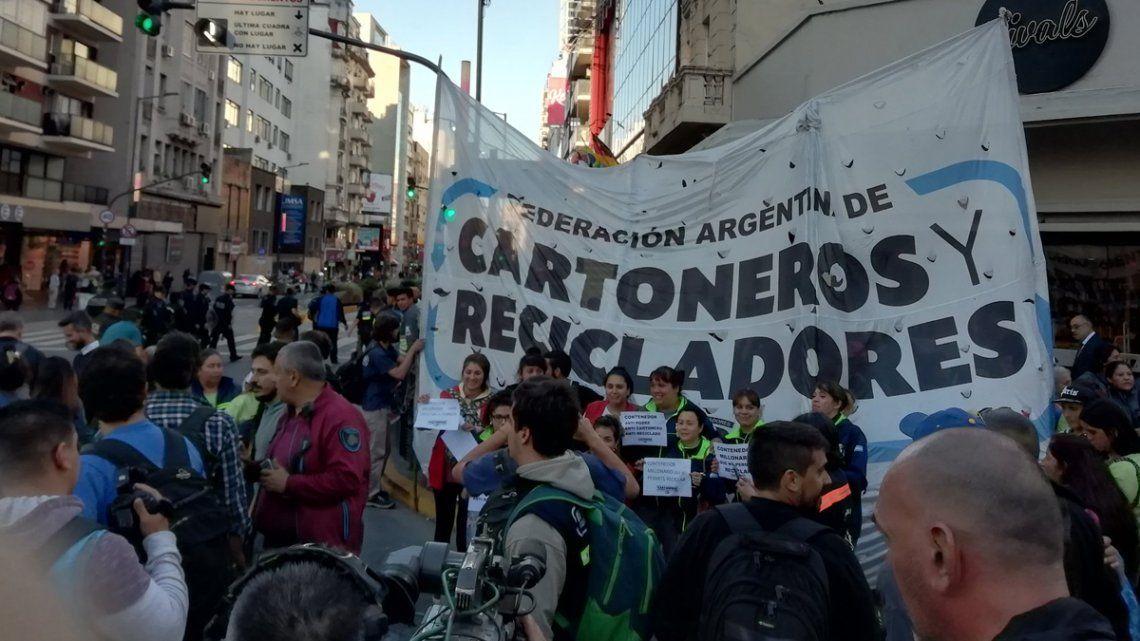 Incidentes entre la policía y las cooperativas de cartoneros en la protesta por los nuevos contenedores inteligentes