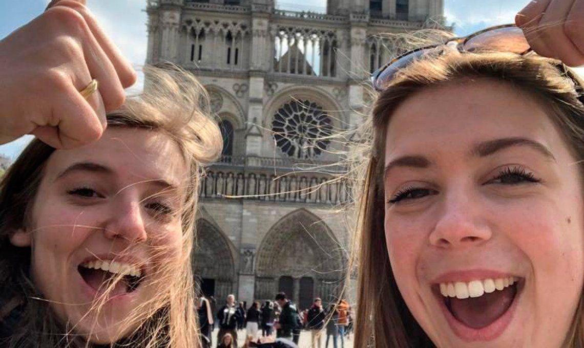 Cuestionan el boom de selfies en Notre Dame tras el incendio