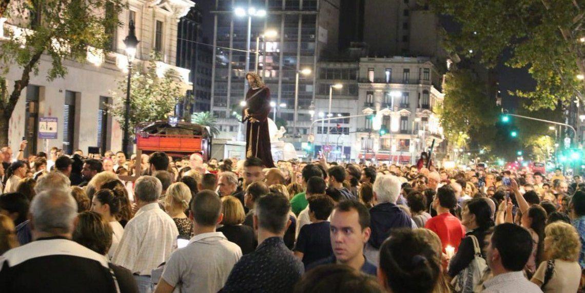 Cientos de fieles en el Vía Crucis porteño por Avenida de Mayo