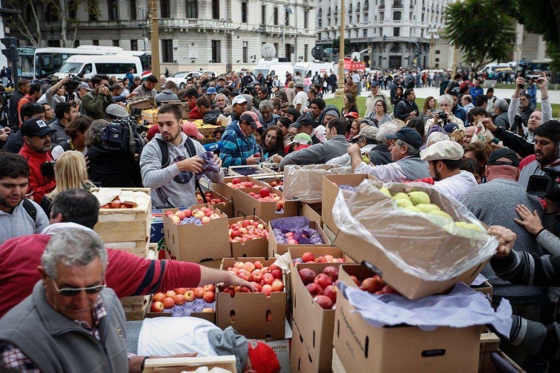 Frutazo en la Plaza de Mayo por la crisis en el sector