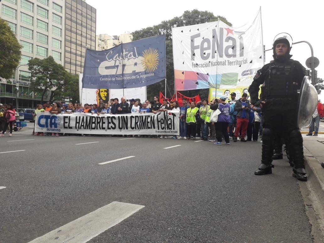 Tras seis horas de protesta y corte de la 9 de Julio, los movimientos sociales levantaron el acampe frente al Ministerio de Desarrollo Social
