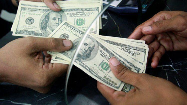 Fuerte suba del dólar y del Riesgo País