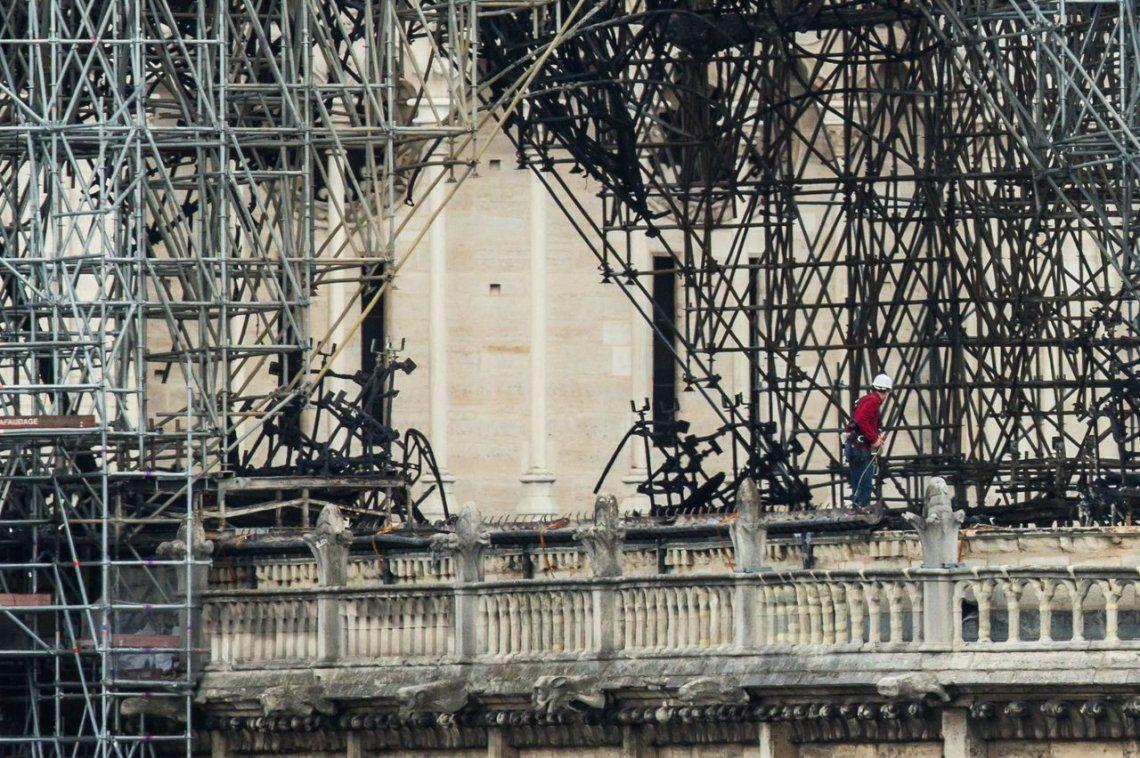 Notre Dame: encuentran colillas de cigarrillos en la zona donde se inició el fuego