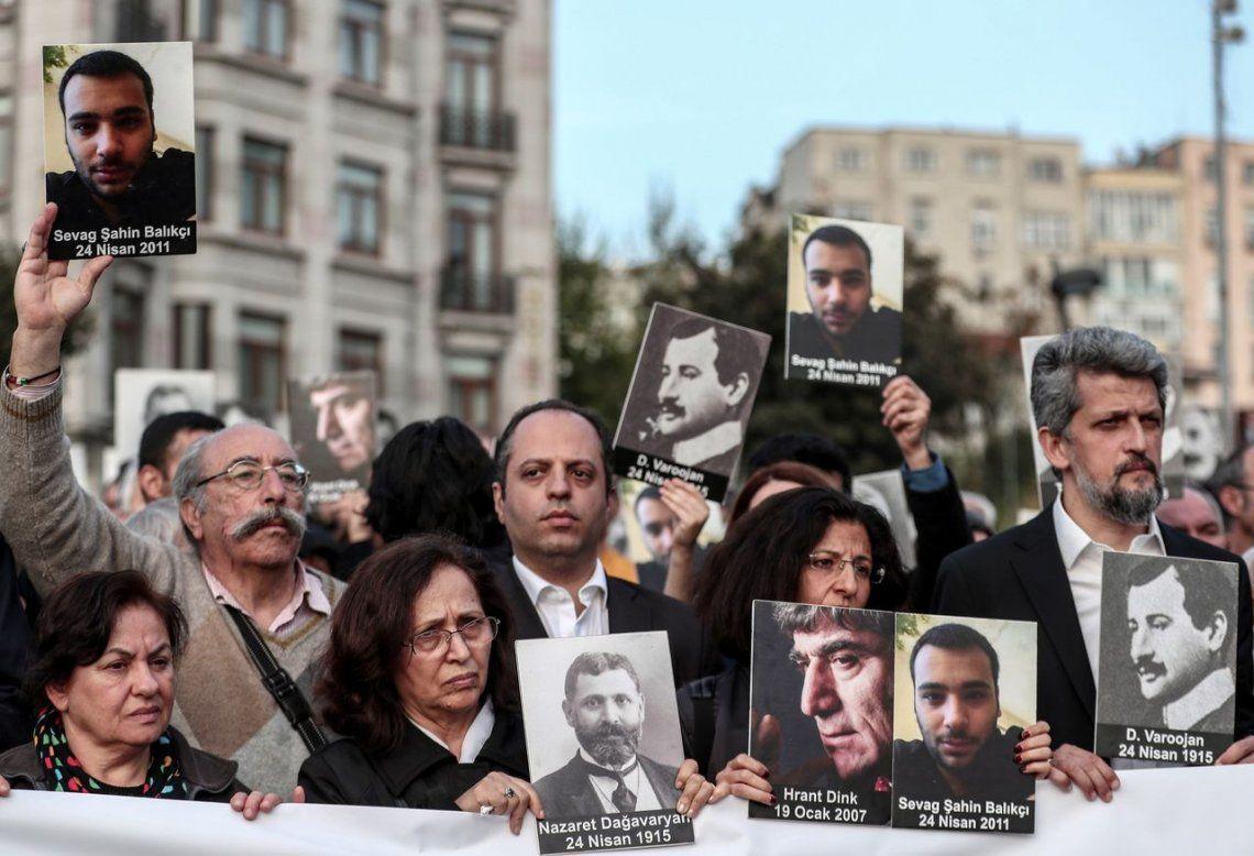 Varias personas asisten a un acto conmemorativo por el 104 aniversario del Genocidio Armenio