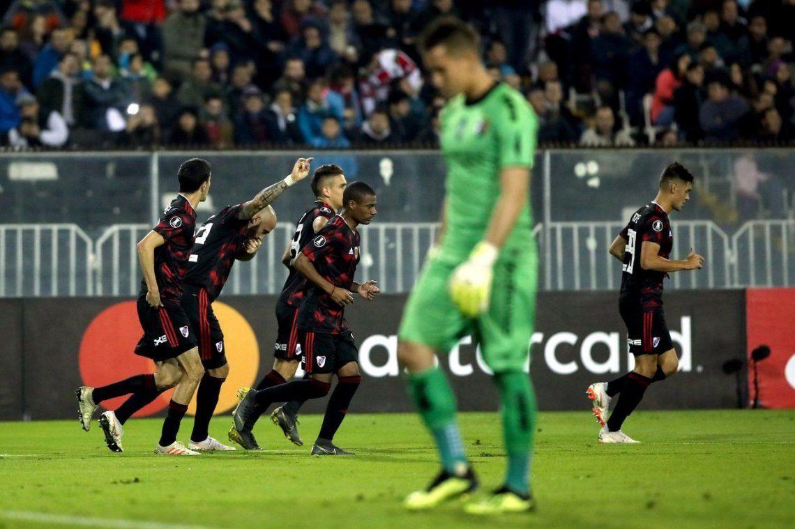 Con goles de Pinola y Nacho Fernández, River derrotó a Palestino y se clasificó a octavos de final
