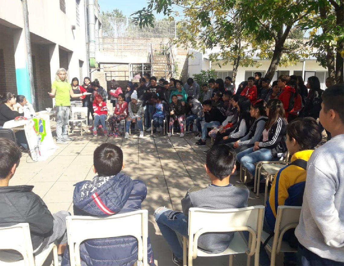 Lomas de Zamora: una escuela secundaria tiene 60 alumnos en un aula