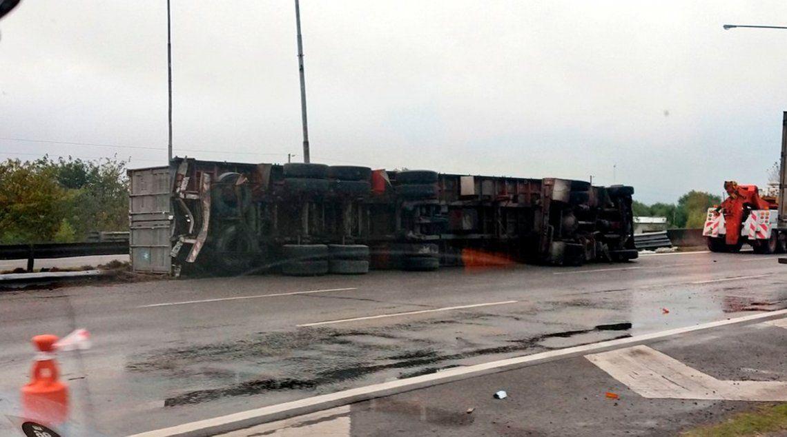 Campana: un camión con acoplado volcó en la Autopista Panamericana