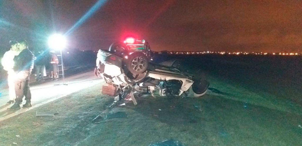 Autopista Rosario-Córdoba: se desprendió el acoplado de un camión, un auto chocó contra el mismo y murieron 5 personas