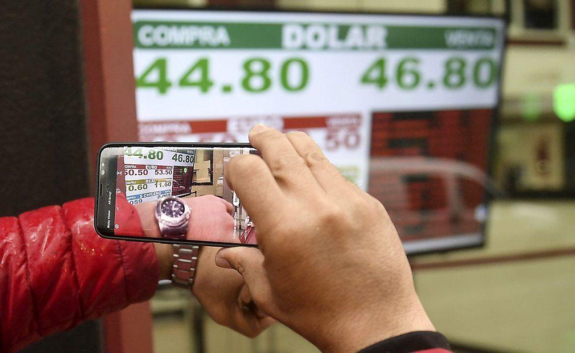 El dólar bajó, a contramano del resto de las monedas emergentes