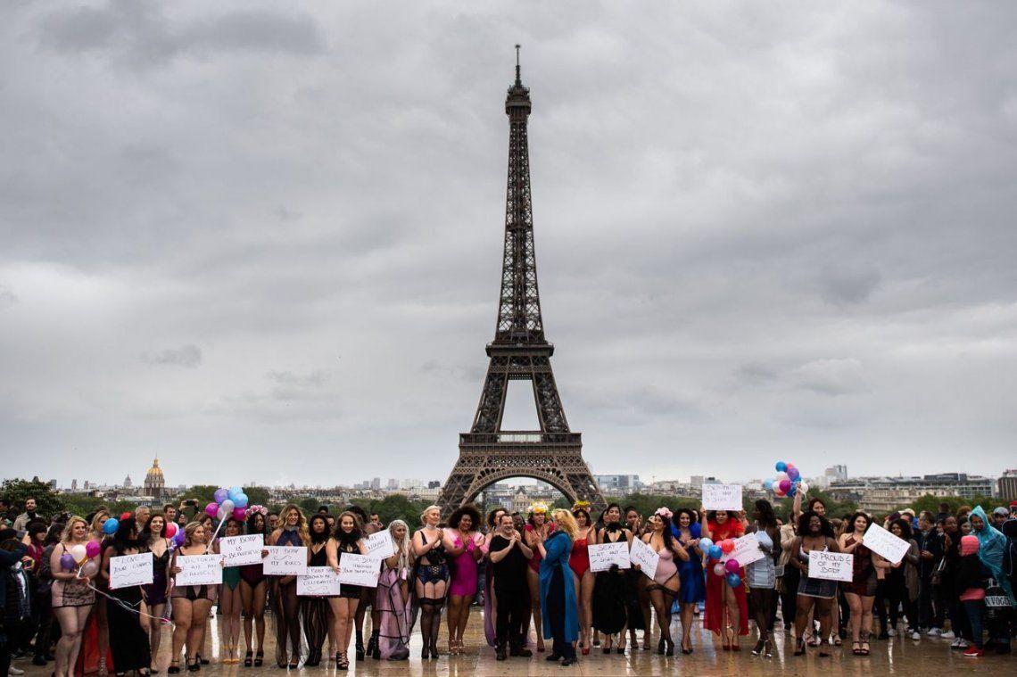 En fotos: un desfile contra la dictadura de la moda en la torre Eiffel