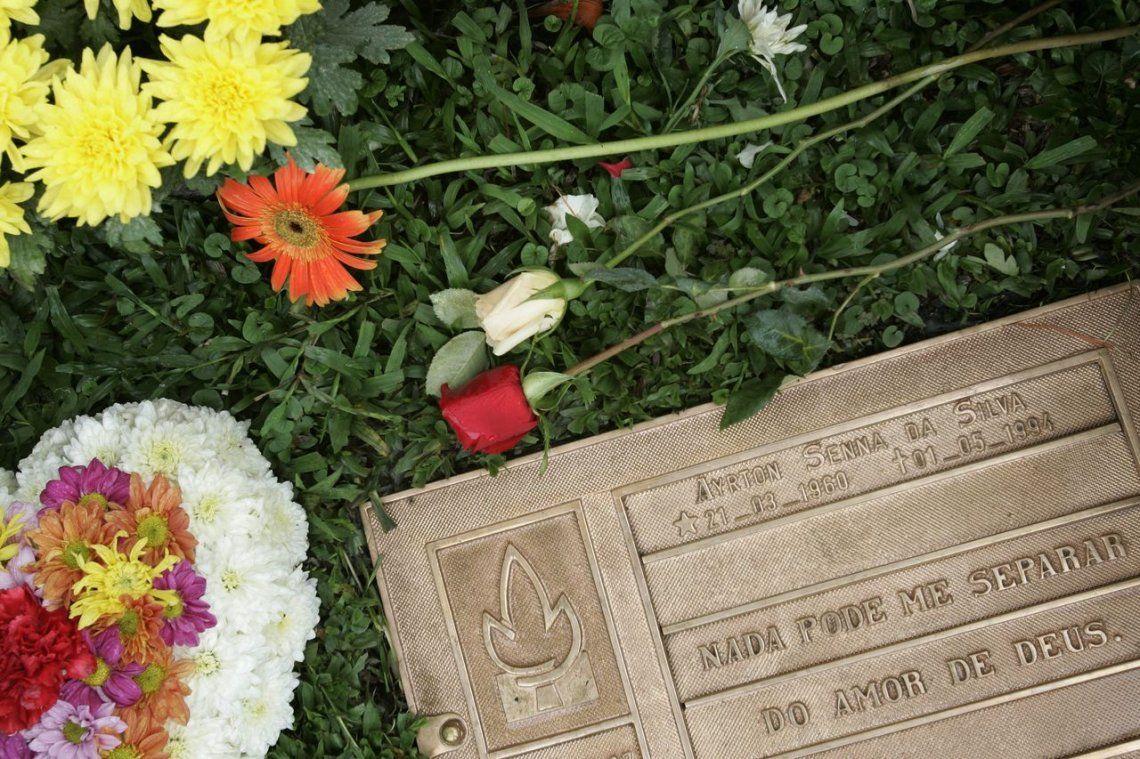 2006 |Flores se encuentran alrededor de la tumba de Senna