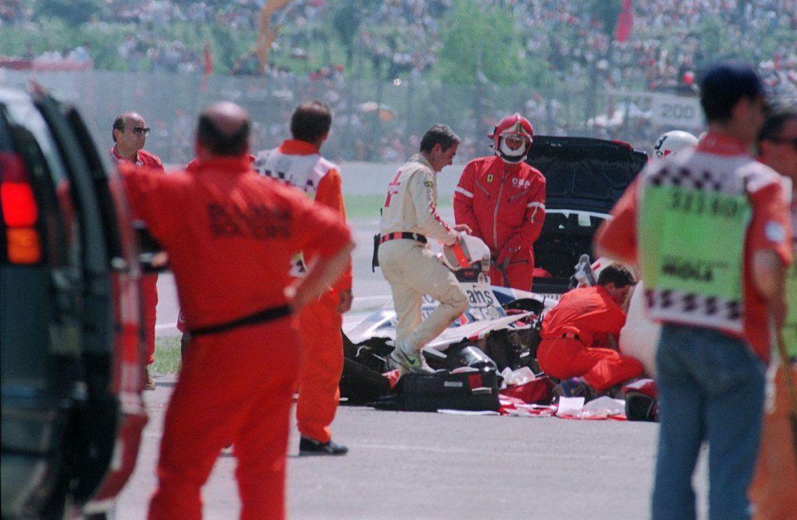 1994 |Personal médico y de seguridad rodean el auto accidentado de Ayrton Senna