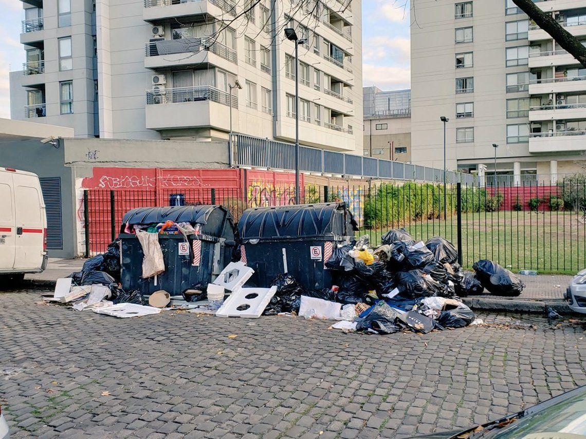 Con las calles repletas de basura, el gobierno porteño afirma que la recolección se normalizará hoy
