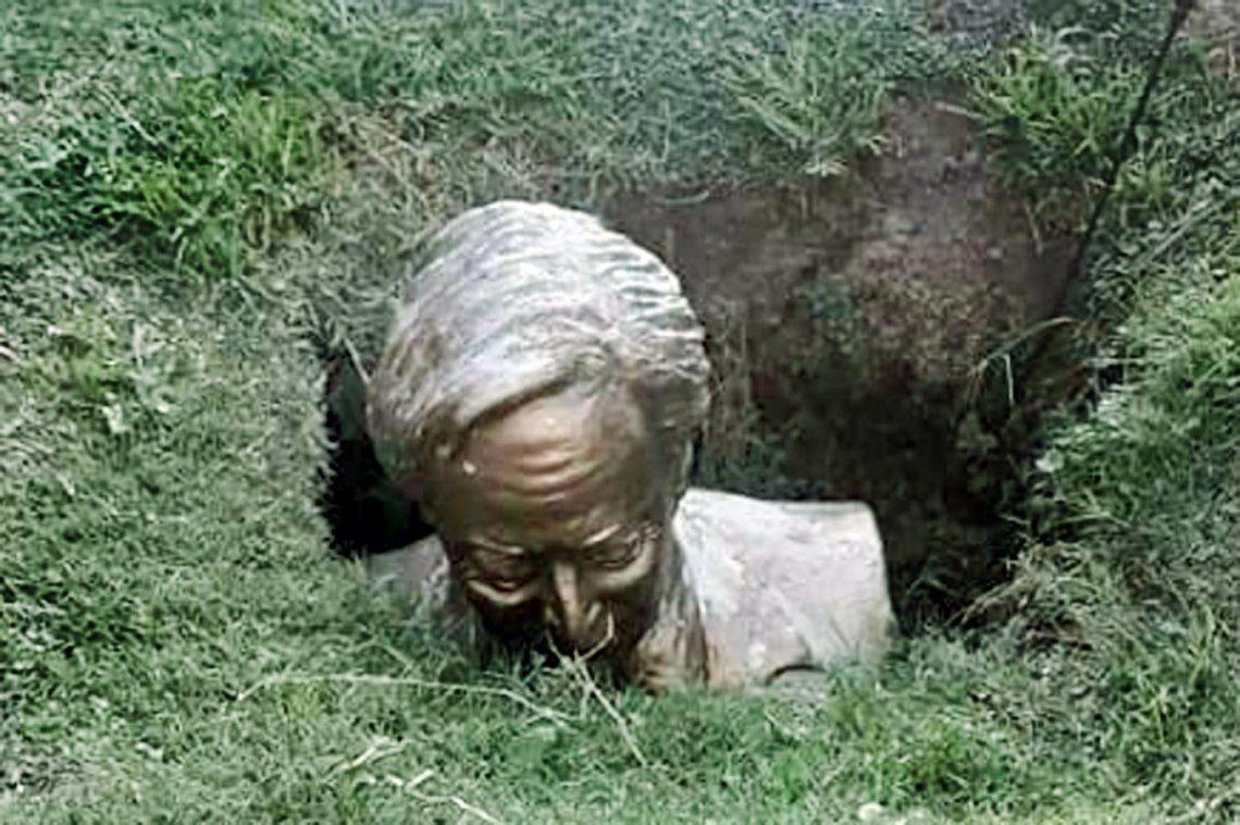 Roque Pérez: vandalizaron y enterraron un busto de Néstor Kirchner