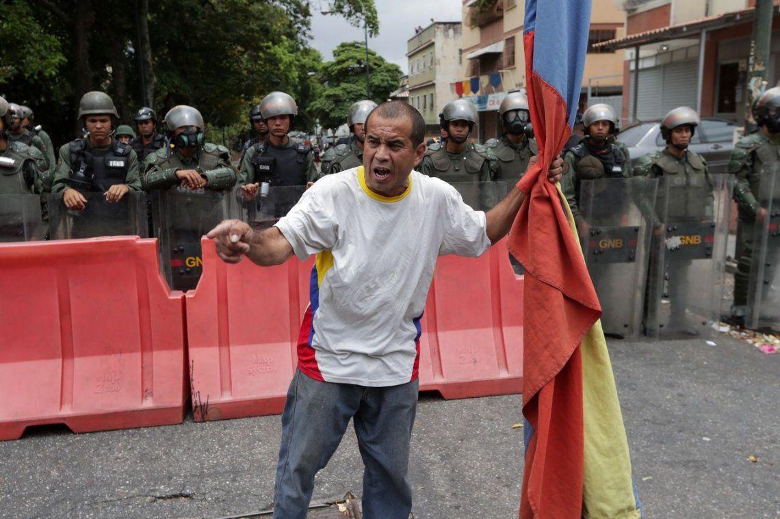 Vuelve a subir la tensión en Venezuela: Guaidó desafía a Maduro con marchas hacia cuarteles militares