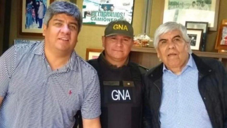 Un gendarme se fotografió con los Moyano mientras allanaban Camioneros y fue pasado a disponibilidad