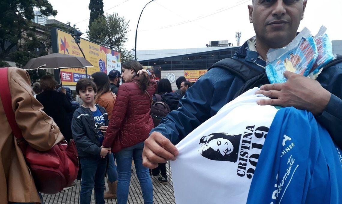 Cristina Kirchner en la Feria del Libro: así la esperaban los militantes