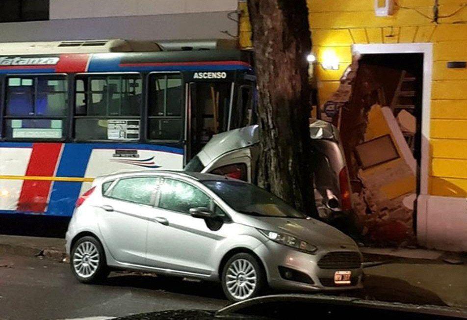 En Pedro Goyena y Emilio Mitre colisionaron un interno de la línea 180 y un auto. Hubo varios heridos.
