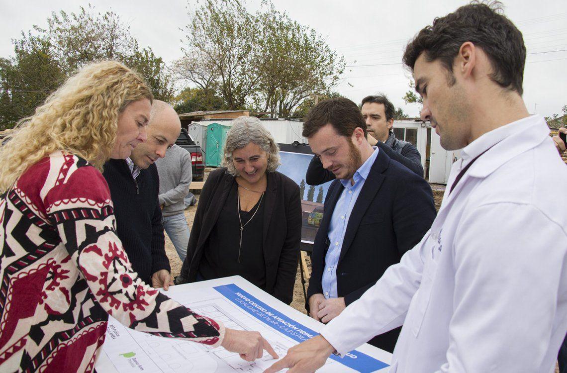 Ducoté observa las obras del nuevo Centro de Atención Primaria.
