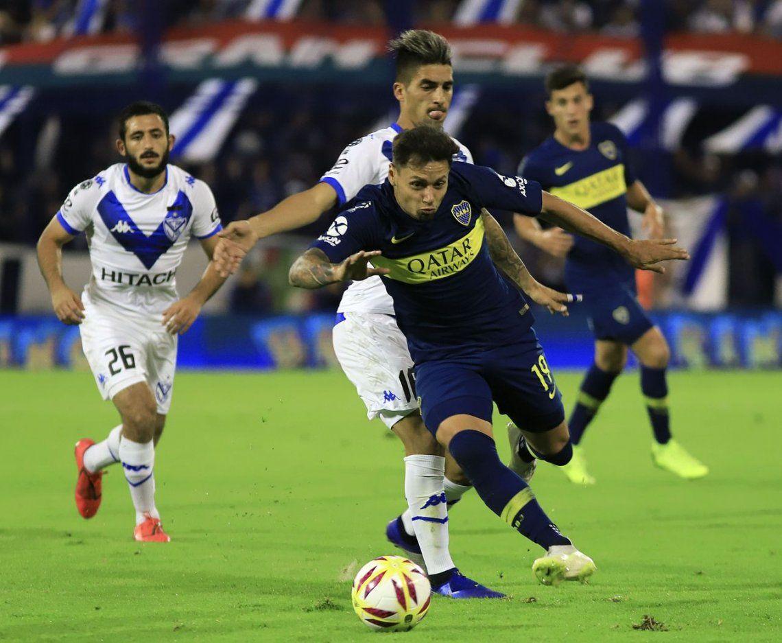 Mauro Zárate luchando una pelota en el Amalfitani