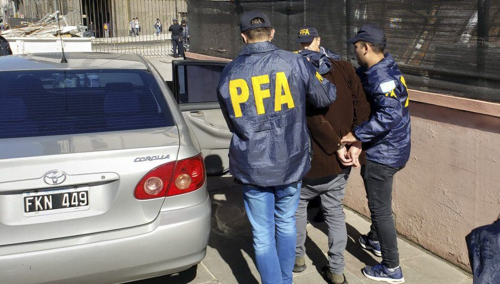 Personal de la Policía Federal se lleva detenido al artesano tras ser alcanzado cuando intentaba escapar.