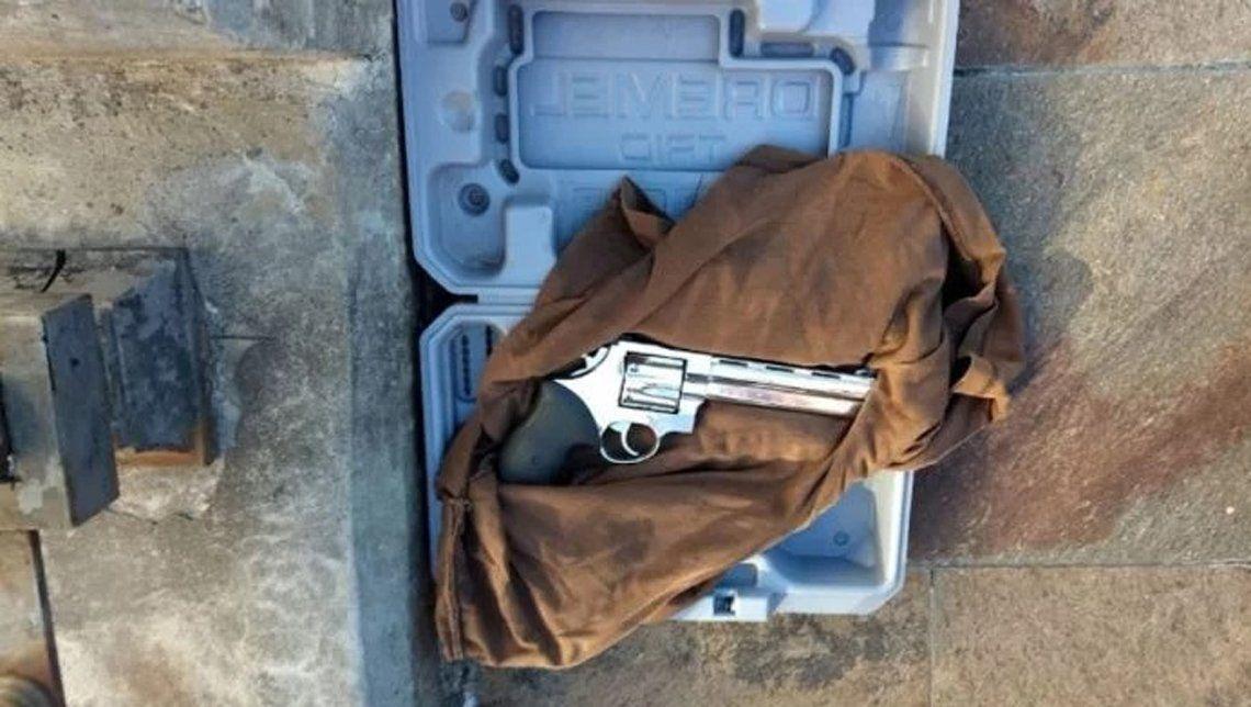 El arma dentro del maletín que tiró el hombre detenido
