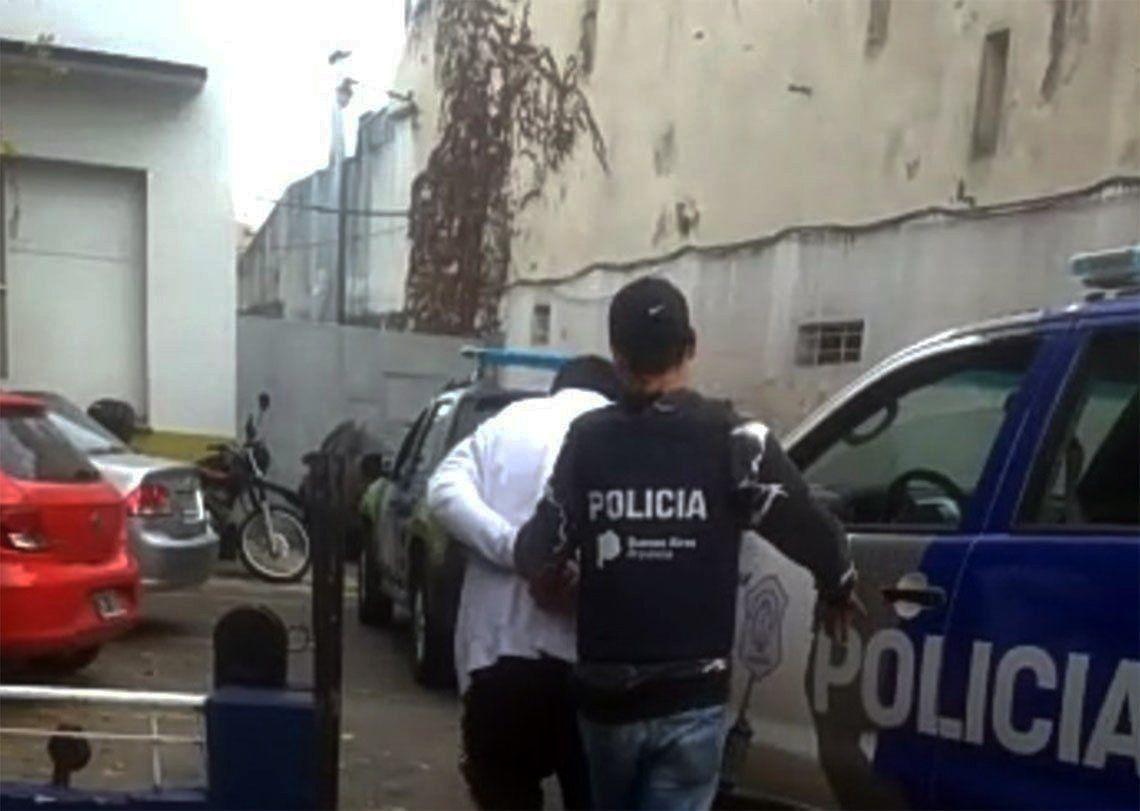 Bernal: clientes atrapan y entregan a un ladrón a la Policía