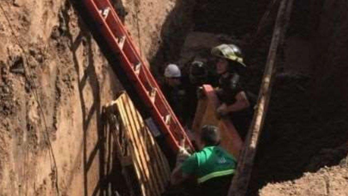 Rosario: un obrero cayó en un pozo, lo tapó la tierra y murió