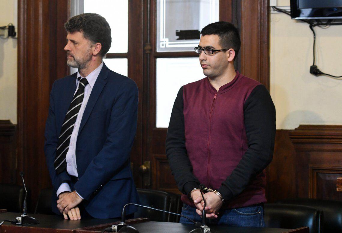 El acusado escuchó la lectura de la sentencia con la mirada enfocada al piso y luego sí la mantuvo mirando a los jueces.