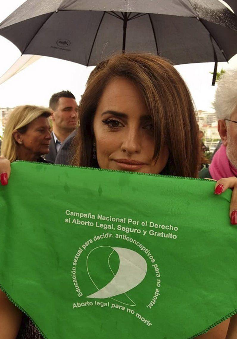 En Cannes, Pedro Almodóvar y Penélope Cruz se pusieron el pañuelo verde