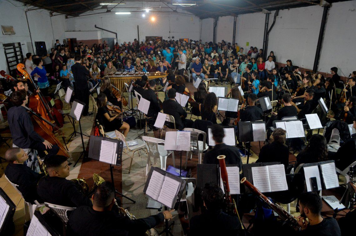 Más de 100 músicos en escena se presentaron en la sociedad de fomento barrial.