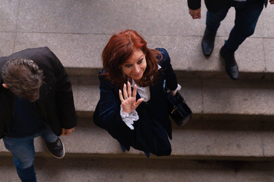 Cristina Kirchner pidió autorización para no asistir a Comodoro Py durante las lecturas de su juicio oral
