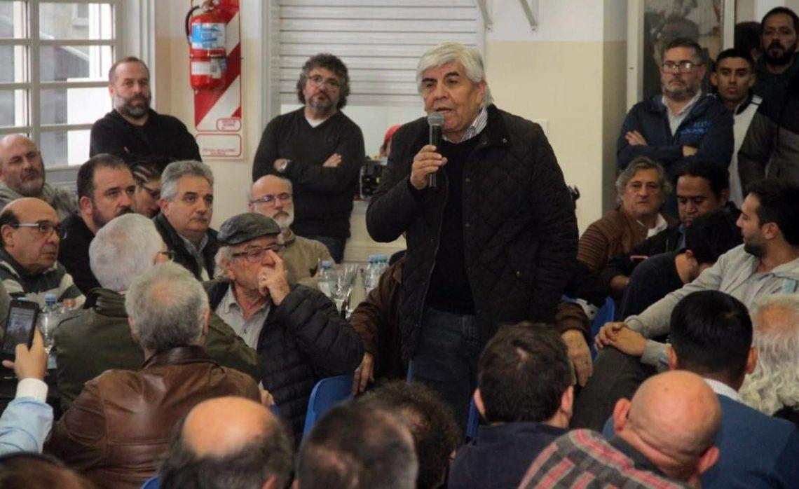 Las organizaciones sindicales deliberaron ayer al mediodía en la biblioteca del gremio de Camioneros.