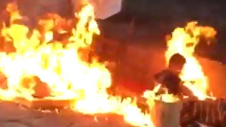 Atroz: prendieron fuego a dos personas en situación de calle y filmaron el ataque