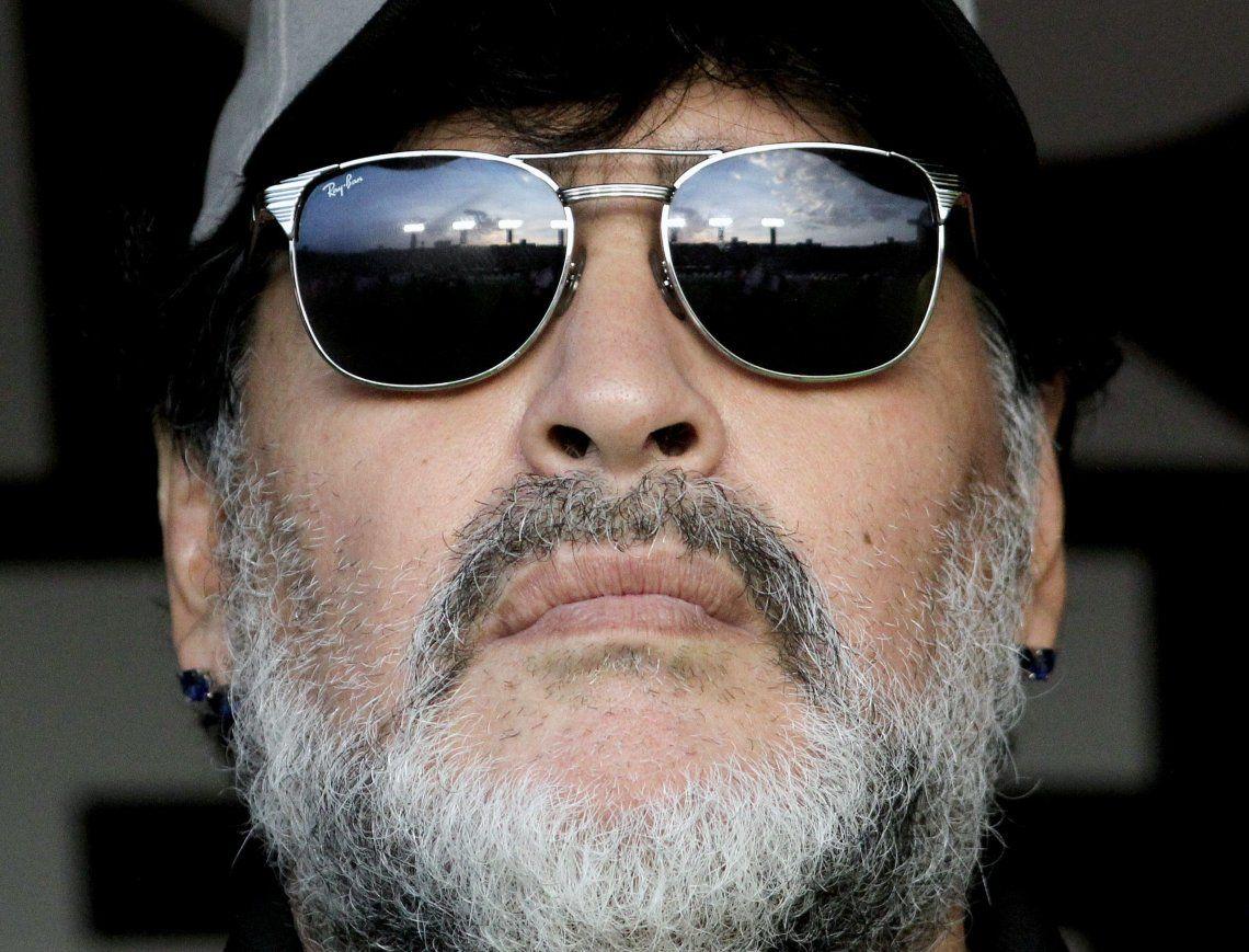 Maradona apenas pisó suelo argentino fue notificado de la demanda.